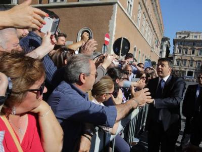 Se gli italiani ti amano a Piazza Venezia non ti porta bene