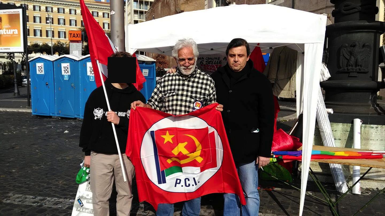 Calenda con il figlio e la bandiera comunista