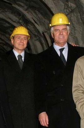 In galleria, sorridente con Berlusconi