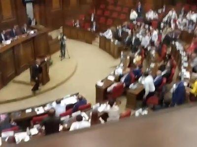 Video della rissa al Parlamento armeno