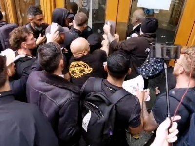 Il video del momento esatto in cui i manifestanti a Londra hanno tentato di sfondare le porte della sede dell'Agenzia di regolamentazione dei medicinali.